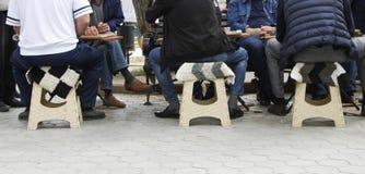 Kaukaski mężczyzna sztuki trik-trak obrazy royalty free