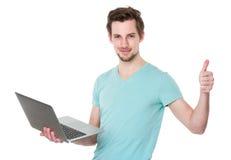 Kaukaski mężczyzna use notebook i kciuk up Fotografia Stock