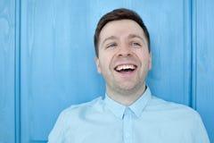 Kaukaski mężczyzna w błękitnego koszulowego uśmiechniętego szczęścia beztroskim emocjonalnym wyrażeniowym pojęciu Zdjęcie Royalty Free