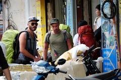 Kaukaski mężczyzna w backpacking podróży Fotografia Royalty Free