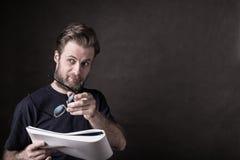 Kaukaski mężczyzna w przypadkowych koszulki czytania dokumentach obraz royalty free