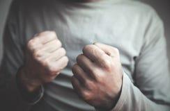 Kaukaski mężczyzna z walka gestem agresyjny łamania pojęcia palcowego szkła ręki dosunięcie s Zdjęcie Stock