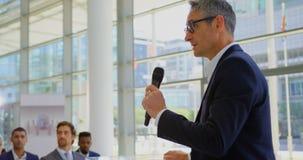 Kaukaski męski mówca mówi w biznesowym konwersatorium 4k zbiory wideo