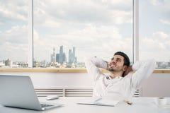 Kaukaski męski relaksować w biurze Zdjęcie Royalty Free