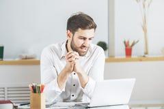 Kaukaski męski używa laptop Obraz Royalty Free