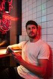 Kaukaski młody atrakcyjny poważny mężczyzna obsiadanie w kawiarni zdjęcia stock