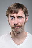 Kaukaski mężczyzna Smirking Z wąsy Zdjęcia Stock