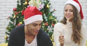 Kaukaski para mężczyzna zaświeca sparklers kobieta zdjęcie wideo