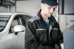 Kaukaski Samochodowy mechanik zdjęcia royalty free