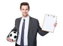 Kaukaski scooer kierownika mienie z futbolem i seans z Obraz Royalty Free