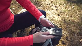 Kaukaski sporta cyklisty kobiety sport z drogowego roweru parka blisko drzewa kobiety atleta w sporcie odzie?owy, he?m i czer? zdjęcie wideo