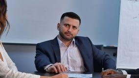 Kaukaski szef słucha prezentacje partnery ostrożnie Fotografia Royalty Free