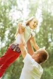 Kaukaski tata i potomstwo córka bawić się wpólnie w lato parku obraz royalty free