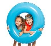 Kaukaskich dziewczyn przyglądający duży błękitny gumowy pierścionek out Obraz Royalty Free