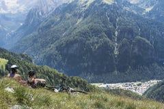 Kaukaskie kobiety jeździć na rowerze w momencie odpoczynek fotografia royalty free