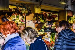 Kaukaskie wiek średni kobiety przy kantora rynkiem, rolnicy Wprowadzać na rynek w Wenecja, Włochy obrazy stock