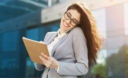 Kaukaskiego insuranse faktorski konsultować na smartphone outdoors Zdjęcia Stock