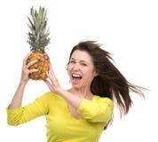 Kaukaskiego kobieta chwyta Ananasowy owocowy ono uśmiecha się zdrowy i radosny Fotografia Stock