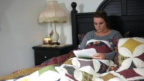 Kaukaskiego nauczyciela ocenia papiery w jej łóżku przy nocą zbiory