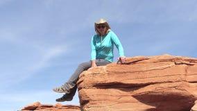 Kaukaskiej kobiety Turystyczny obsiadanie Na Kamiennej skale W Uroczystym jarze zbiory