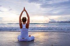 Kaukaskiej kobiety ćwiczy joga przy seashore zwrotnika ocean Obraz Stock
