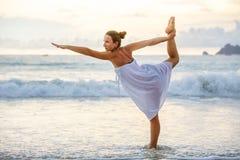 Kaukaskiej kobiety ćwiczy joga przy seashore zwrotnika ocean Zdjęcie Royalty Free
