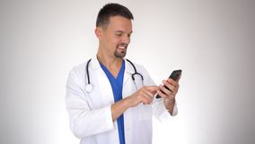 Kaukaskiej samiec doktorski używa smartphone zdjęcie wideo
