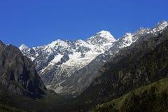Kaukasus berg under blå himmel för snö och för frikänd Fotografering för Bildbyråer
