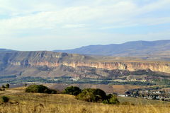 Kaukasus berg vaggar romantisk vegetation Arkivfoto