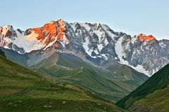 Kaukasus bergskedja i Georgia stora liggandebergberg Royaltyfri Fotografi