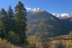 Kaukasus i höst royaltyfria foton
