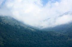 Kaukasus mountaines med moln royaltyfri foto