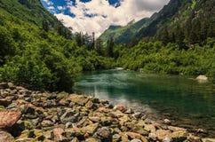 Kaukasus sjö Badukskoe Arkivfoton