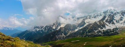 Kaukasus vår, berg, Ryssland, panorama, höjd, bergskedja, snö, landskap, resa, utomhus Arkivbild