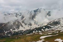 Kaukasus vår, berg, Ryssland, panorama, höjd, bergskedja, snö, landskap, resa, utomhus Arkivfoton