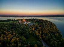 KAUNAS, ΛΙΘΟΥΑΝΊΑ - 15 ΣΕΠΤΕΜΒΡΊΟΥ 2016: Μοναστήρι Pazaislis σε Kaunas, Λιθουανία Ουρανός ηλιοβασιλέματος και δεξαμενή Kaunas στο στοκ εικόνες με δικαίωμα ελεύθερης χρήσης
