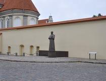 Kaunas August 21,2014-Statue der Front des Priesters Seminary in Kaunas in Litauen Lizenzfreie Stockfotos