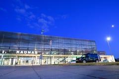 Kaunas internationell flygplats på natten, Litauen royaltyfri fotografi