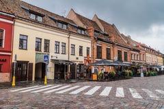 KAUNAS, LITAUEN - 17. AUGUST 2016: Altbauten an Rathaus-Quadrat in Kaunas, Lithuani lizenzfreie stockbilder