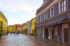Kaunas Litauen - Januari 02, 2017: Fasadesna av gamla hus på gatan av den gamla staden i Kaunas Royaltyfria Foton