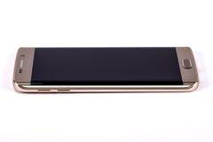 Kaunas Litauen - November 5, 2015: Studioskott av en guld- smartphone för kant för platinaSamsung galax S6, med kameran för mP 16 royaltyfri fotografi