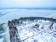 Kaunas Litauen: Pazaislis kloster och kyrka i vinter Royaltyfri Fotografi