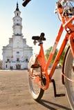 Kaunas, Lithuanie - 16 mai 2017 : un vélo orange pour le loyer dans les milliers d'UCI photographie stock