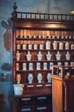 Kaunas, Litouwen - Mei 12, 2017: apothekerkabinet in Museum van Geneeskunde Royalty-vrije Stock Afbeelding