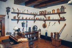 Kaunas, Litouwen - Mei 12, 2017: drugs en laboratoriummateriaal in Museum van Geneeskunde Stock Afbeeldingen