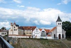 KAUNAS, LITUÂNIA - 12 DE JULHO DE 2015: Uma construção da universidade de Vilnius em Kaunas imagens de stock