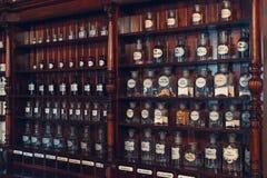 Kaunas, Lituânia - 12 de maio de 2017: armário das drogas no museu da medicina imagem de stock royalty free