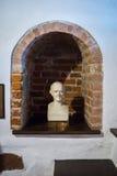 Kaunas, Lituânia - 12 de maio de 2017: Escultura de Samuel Hahnemann no museu da história da medicina e da farmácia fotos de stock royalty free