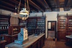 Kaunas, Lituânia - 12 de maio de 2017: Interior da farmácia velha no museu da medicina imagem de stock royalty free