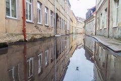 KAUNAS, LITUÂNIA - 16 DE AGOSTO DE 2016: Rua inundada após a chuva no centro de Kaunas, Lithuani fotografia de stock